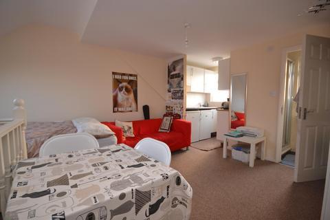 Studio to rent - Basingstoke Road, Reading