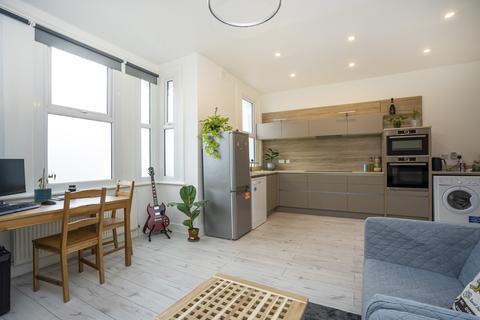 2 bedroom flat - Park Avenue, Wood Green, N22