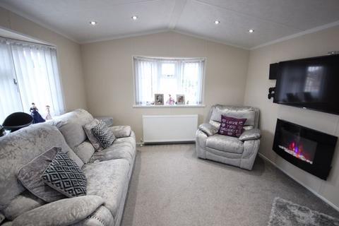 2 bedroom detached house for sale - Stunning 2 bed park home in Stopsley Village....
