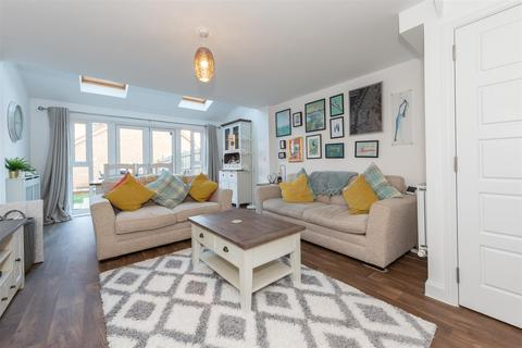 3 bedroom semi-detached house for sale - Bank Avenue, Dunstable, Bedfordshire
