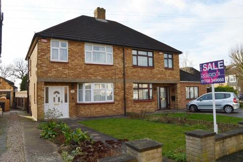 3 bedroom semi-detached house for sale - Lynross Close, Harold Wood