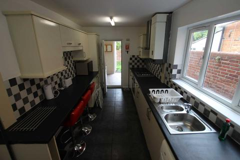 5 bedroom terraced house - Liverpool Road, Reading