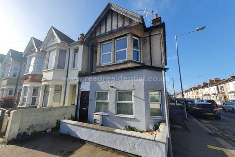 2 bedroom flat to rent - Bournemouth Park Road, Southend on Sea, Essex