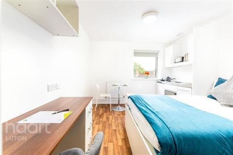 Studio to rent - Park House, Park Street