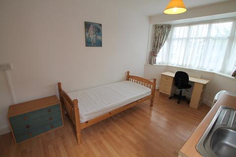 Studio to rent - Dorset Road, Ashford, TW15