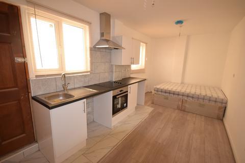 Studio to rent - 62 London road SO15