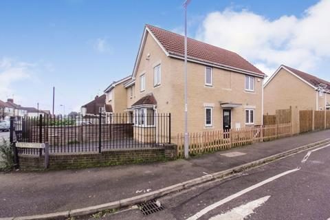 3 bedroom end of terrace house for sale - Hutton Close, Luton