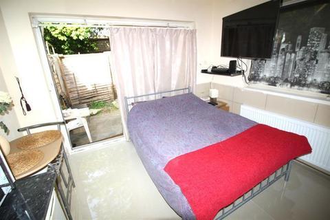 Studio to rent - Beechcroft Avenue, Golders Green, NW11