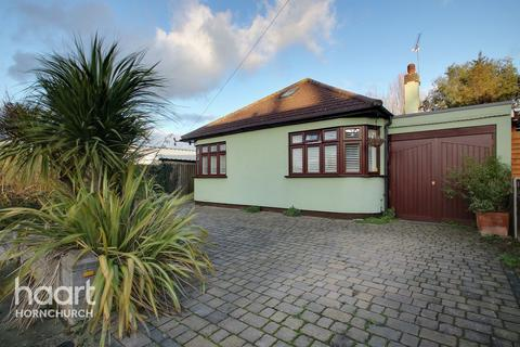 4 bedroom bungalow for sale - Saunton Road, Hornchurch