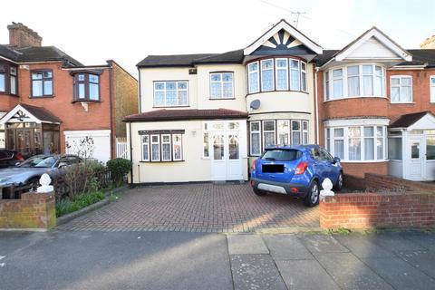 4 bedroom end of terrace house for sale - Blackbush Avenue, Chadwell Heath