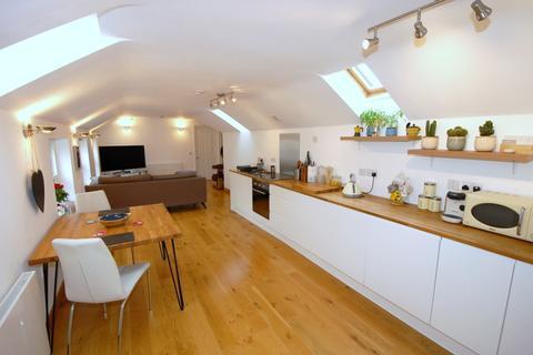 3 bedroom flat for sale - High Street, Bagshot