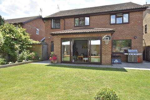 5 bedroom detached house for sale - Kidworth Close, Horley, Surrey, RH6