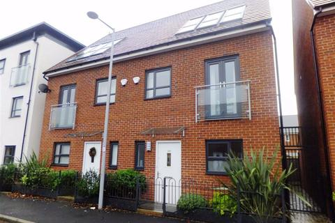 4 bedroom semi-detached house to rent - Kempster Gardens, New Broughton, Salford
