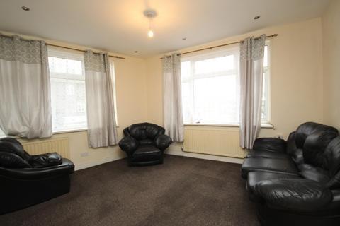 3 bedroom flat to rent - Chequer Parade, Dagenham, RM9