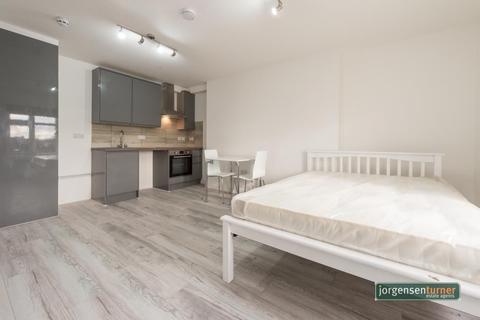Studio to rent - Uxbridge Road, Shephrds Bush, London, W12 8NL