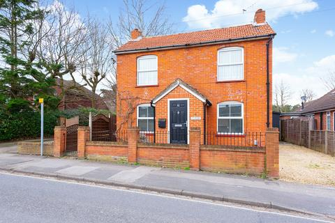 3 bedroom detached house for sale - Sandy Lane, Farnborough