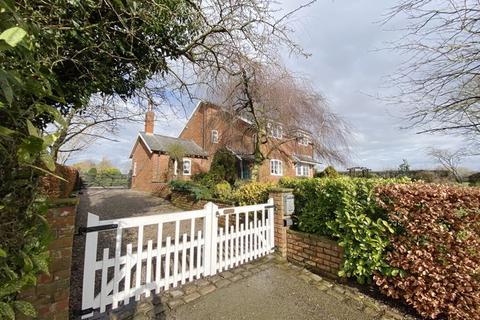 3 bedroom detached house for sale - Green Bank, Hall Carr Lane, Longton