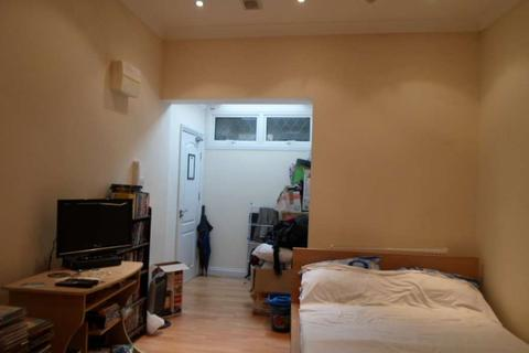 Studio to rent - High Street, Acton