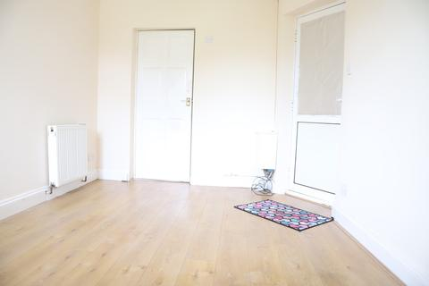 Studio to rent - Taunton Avenue, Hounslow, Middlesex