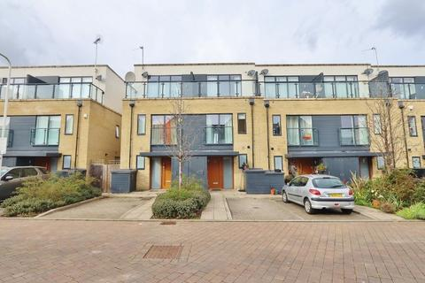 3 bedroom townhouse to rent - Ashflower Drive, Romford, RM3