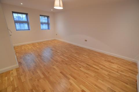 Studio to rent - High Road, Chadwell Heath, RM6