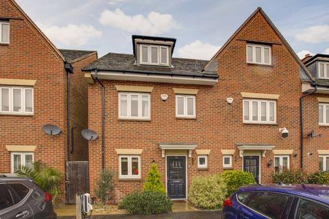 4 bedroom end of terrace house for sale - Montague Close, Farnham Royal, Buckinghamshire
