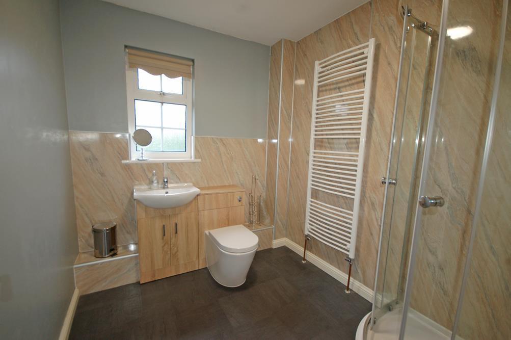 Modern en suite shower room