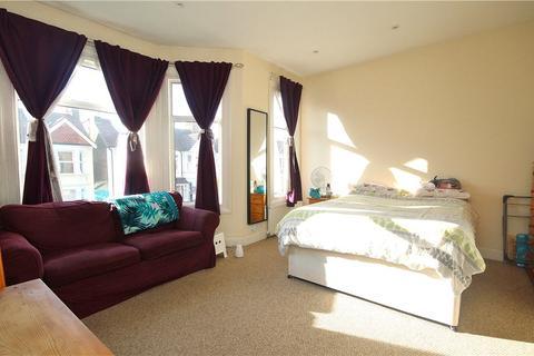 Studio to rent - St. Kilda Road, Northfields, W13