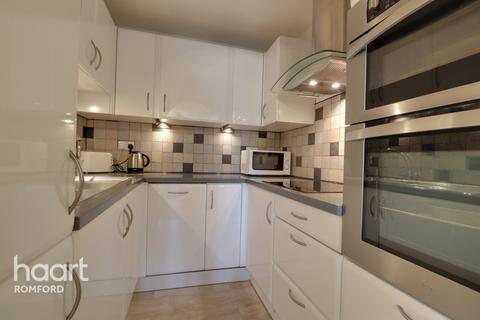 2 bedroom apartment - Frazer Close, Romford