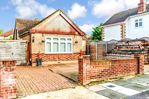 2 bedroom detached bungalow for sale - Clifton Road, Hornchurch, RM11