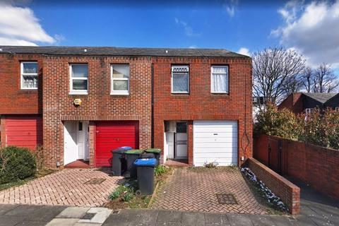 4 bedroom terraced house for sale - 4 Bedroom End-Town House with a garden and garage