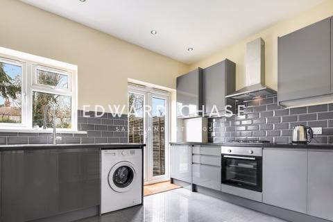 Property to rent - Grasmere Gardens, Ilford, IG4