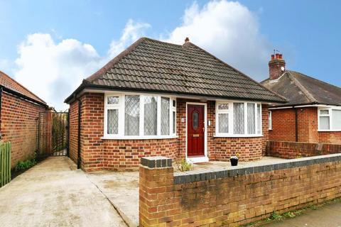 2 bedroom detached bungalow for sale - 8 Straylands Grove, York, YO31 1EA