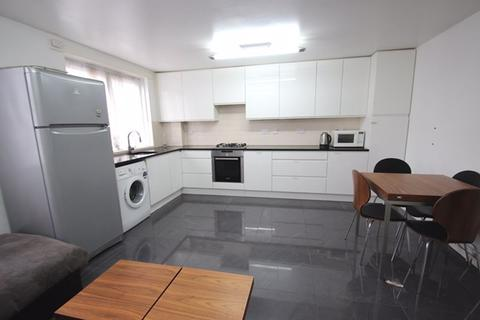 3 bedroom apartment to rent - Fairfoot Road, London E3