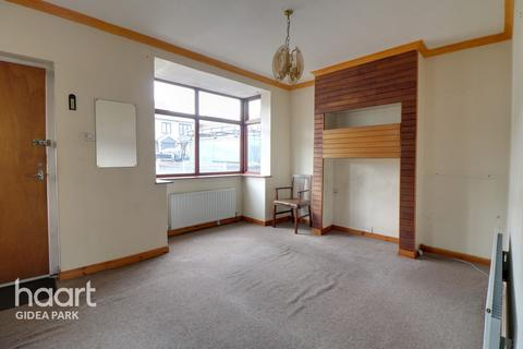 3 bedroom semi-detached house for sale - Northumberland Avenue, Hornchurch, RM11