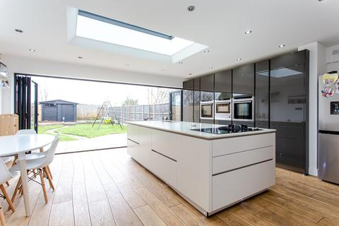 4 bedroom semi-detached house for sale - Southbourne Gardens, Eastcote