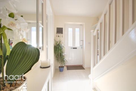 3 bedroom semi-detached house for sale - Bernwelle Avenue, Romford