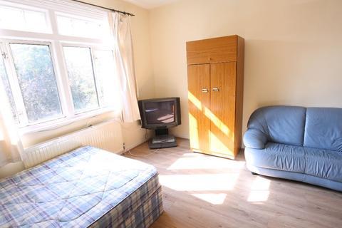 Studio to rent -  Colney Hatch Lane, London