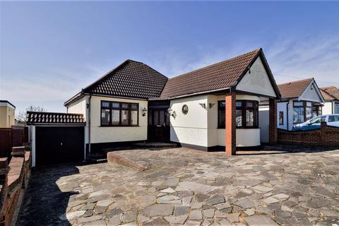 3 bedroom detached bungalow for sale - Lawns Way, Collier Row, Romford