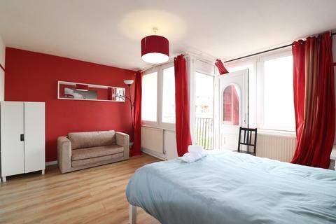 3 bedroom flat to rent - Roberta Street, Bethnal Green, London E2
