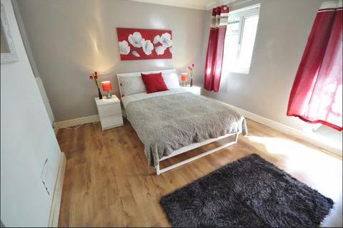 3 bedroom flat to rent - pemal close , e1