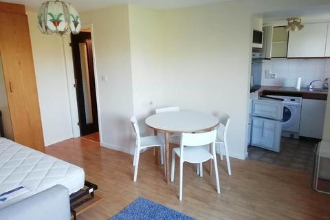 Studio to rent - Badger Close, Feltham, Middlesex, London, TW13 7HA