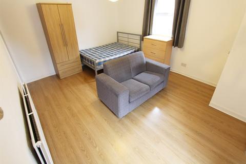Studio to rent - Wilmslow Road, Manchester, M14