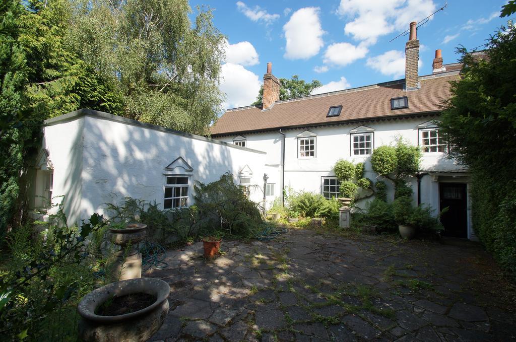 4 Bedrooms End Of Terrace House for sale in Oatlands Drive, Weybridge, KT13