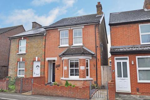 3 bedroom detached house to rent - Hummer Road, Egham