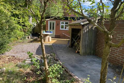 2 bedroom detached bungalow to rent - Halliwell house, Hale, Altrincham, WA15