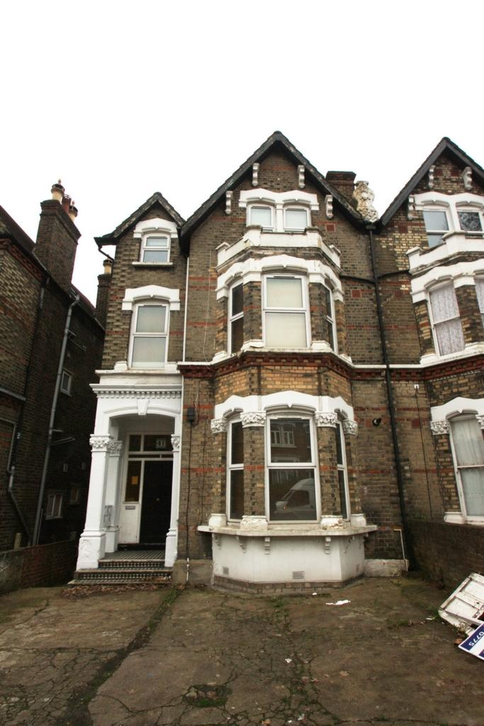2 Bedrooms Flat for sale in Catford Hill, London, SE6