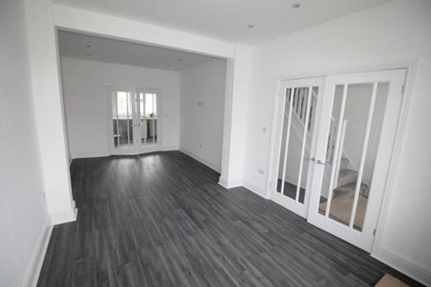 4 bedroom semi-detached house to rent - Ellis Avenue, Rainham, RM13