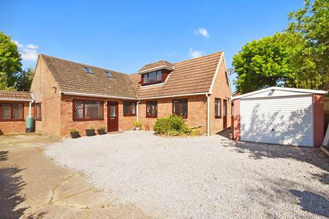 5 bedroom detached bungalow for sale - Eastwell Close, Shadoxhurst, Ashford, TN26