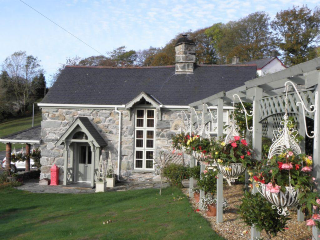 2 Bedrooms House for sale in Ty Canol, Llanfachreth, LL40